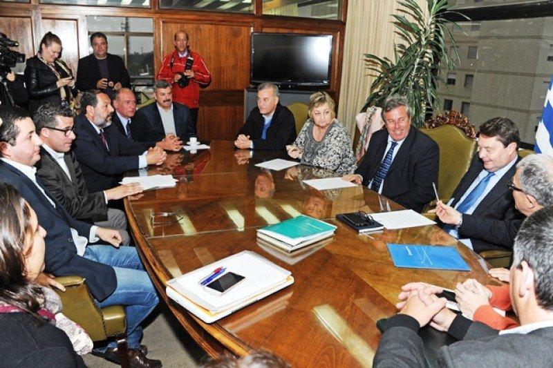 Autoridades uruguayas reciben a Carlos Vogeler en la Intendencia de Maldonado.