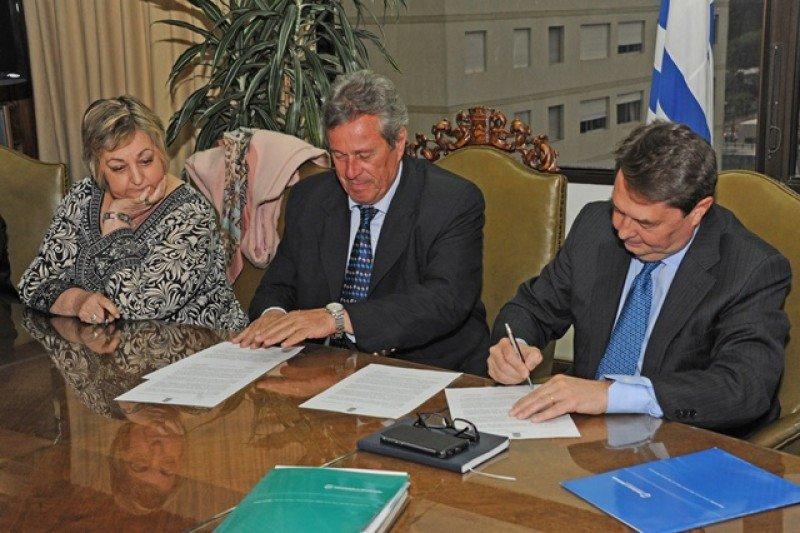 Liliam Kechichian, el intendente Enrique Antía y Carlos Vogeler firmaron el acuerdo.