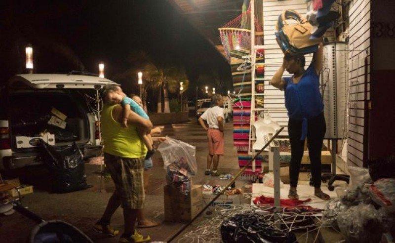 En Puerto Vallarta evacúan a miles de pobladores y turistas.