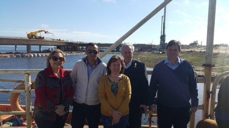 Diputados de la Comisión de Turismo en el puente de la Laguna Garzón.