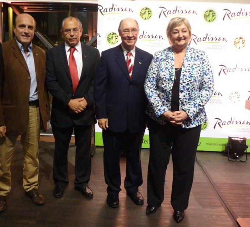 Intendente de Montevideo, Daniel Martínez, junto a los miembros del directorio de Radisson Horacio Sardeña y Juan Guariglia, y la ministra de Turismo, Liliam Kechichian.