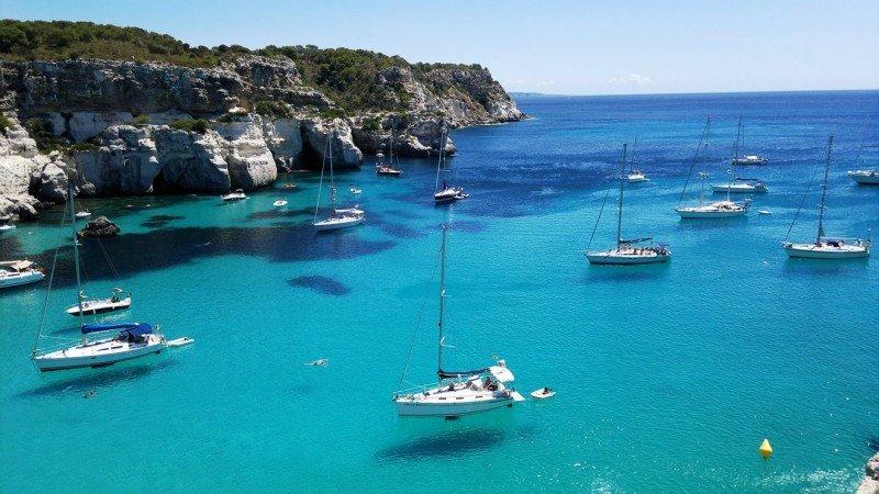 Cala Macarella, Isla de Menorca. El alquiler de botes es una de las diversas actividades náuticas que se realizan en la isla y uno de sus productos más allá del sol y playa.