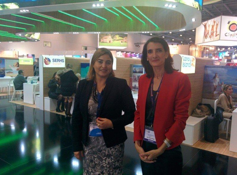 Maria Teresa Lorenzo, consejera de Turismo de Canarias (izquierda), con María Méndez, directora de Promotur Turismo de Canarias, en la feria World Travel Market.
