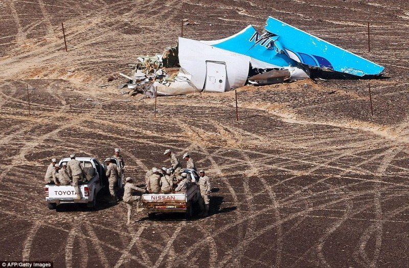 Autoridades egipcias llegan al lugar donde fueron hallados los restos del avión ruso (Foto AFP/Getty).