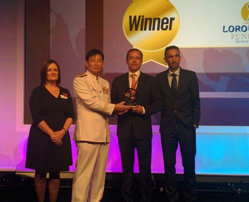Momento de la entrega del premio World Travel Market a la Fundación Loro Parque. El galardón fue recogido por Kristoff Kiessling.