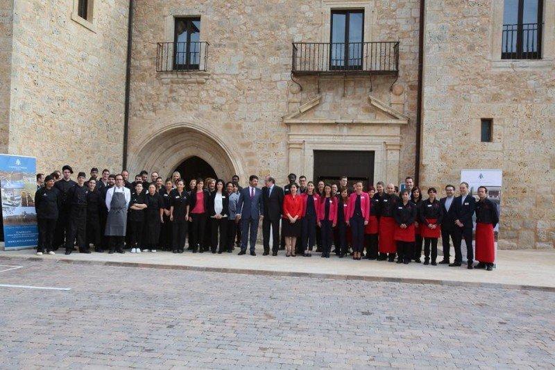 Foto de familia en la inauguración del hotel-balneario Castilla Termal Monasterio de Valbuena.