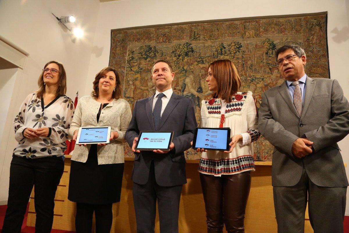 Emiiano García-Page estuvo acompañado por  la consejera de Economía, Empresas y Empleo, Patricia Franco, y de la directora general de Turismo, Comercio y Artesanía, Ana Isabel Fernández Samper, entre otras autoridades.