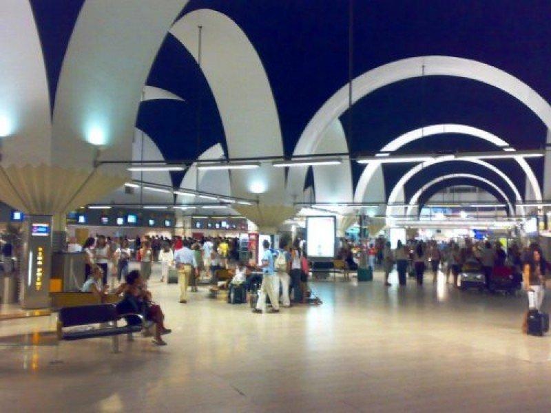 Aeropuerto de Sevilla, primero de España en cumplir el reglamento de seguridad de la UE