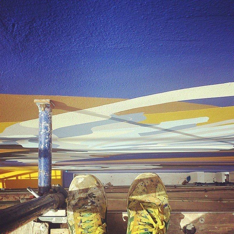 Selfie del artista Gerardo Cloquell pintando la fachada.