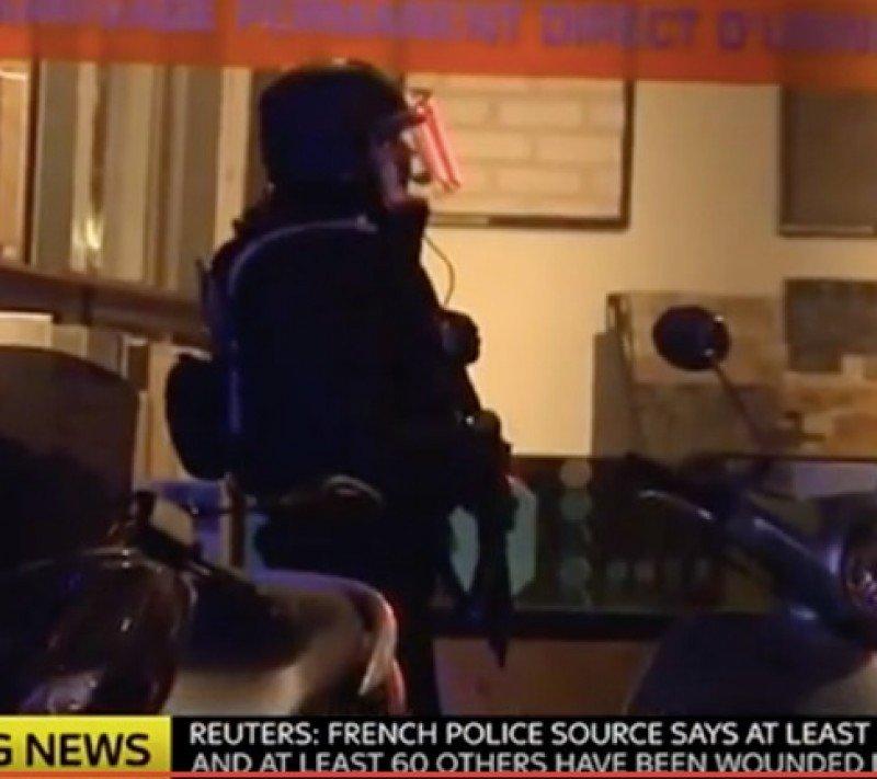 Un agente de policía desplegado en uno de los lugares donde se cometieron los atentados.