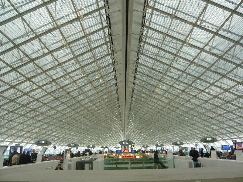 Retrasos en los aeropuertos de París por los fuertes controles