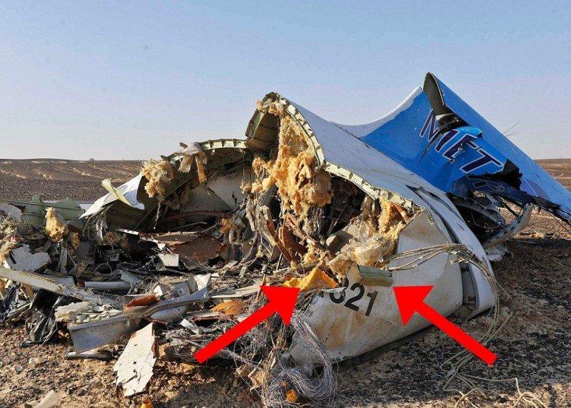 En la foto se señala cómo la cubierta externa del fuselaje del avión quedó retorcida hacia afuera, señal de que algo explotó desde dentro.