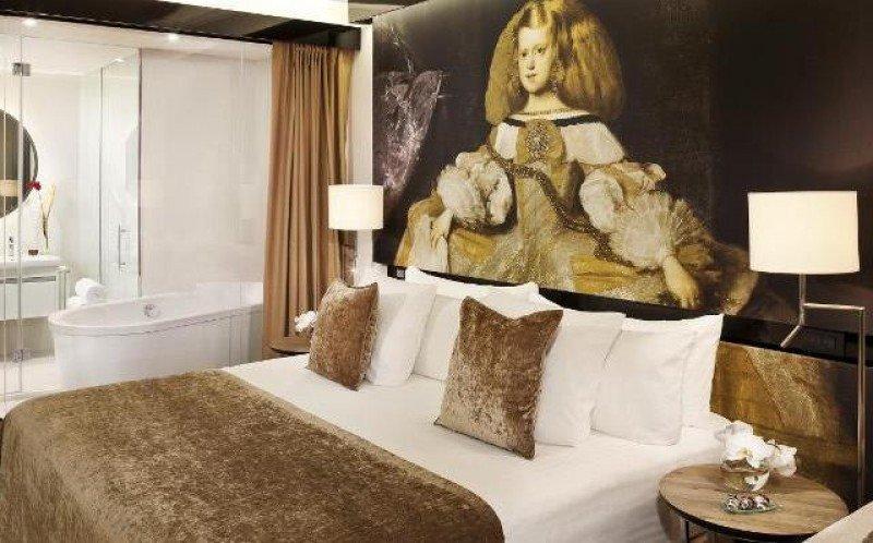 La suite presidencial del lujoso ático privado, con decoración inspirada en Las Meninas, denominador común de sus 180 habitaciones.