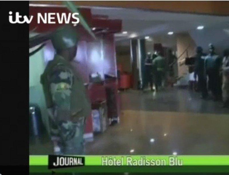 Momento en que las fuerzas de seguridad han entrado en el hotel.