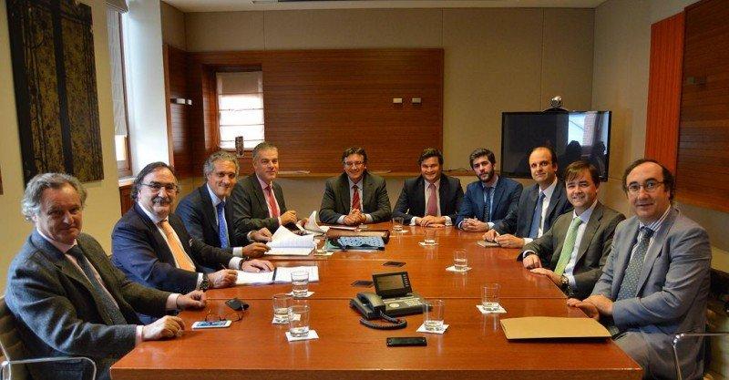 Imagen de la firma del acuerdo, presidida por Blas Herrero y Raúl González, segundo y tercero por la izquierda, respectivamente, acompañados del resto de intervinientes en la operación.