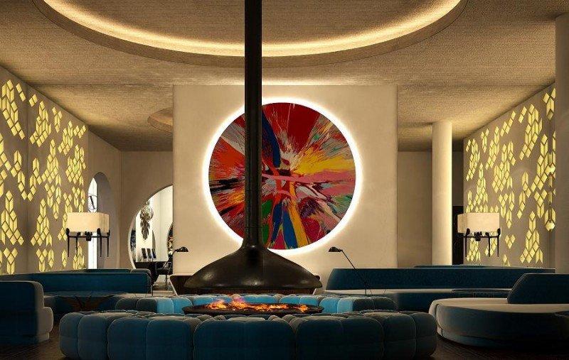 El interiorismo del el H10 Cubik juega con formas geométricas y elementos decorativos futuristas de colores puros.