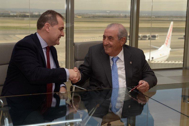 El presidente de Aena, José Manuel Vargas, y del grupo Globalia, Juan José Hidalgo, sellan el acuerdo.