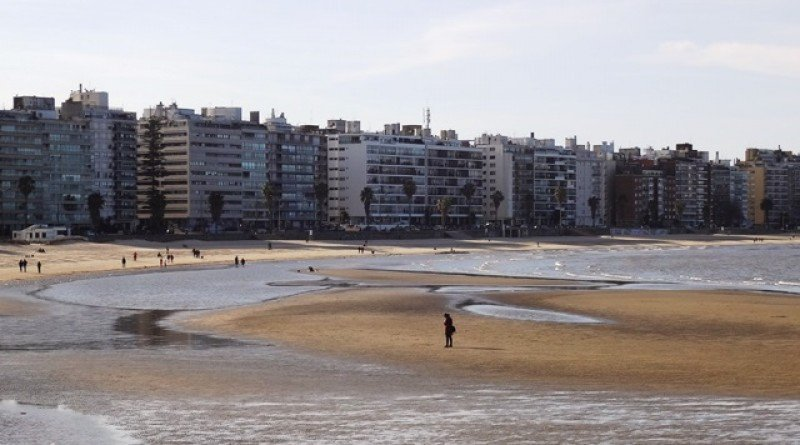 Playa y rambla de Pocitos, uno de los principales atractivos de Montevideo.