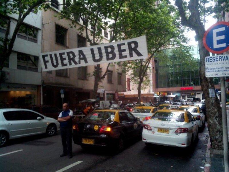 Manifestación de taxistas frente al hotel donde Uber daba a una charla a aspirantes.
