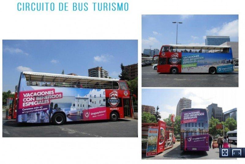 Buses turísticos en la capital chilena ploteados con imágenes turísticas de Uruguay.