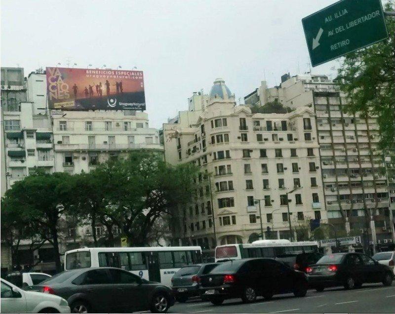 Carteles en la avenida 9 de Julio y Lavalle, en Buenos Aires.