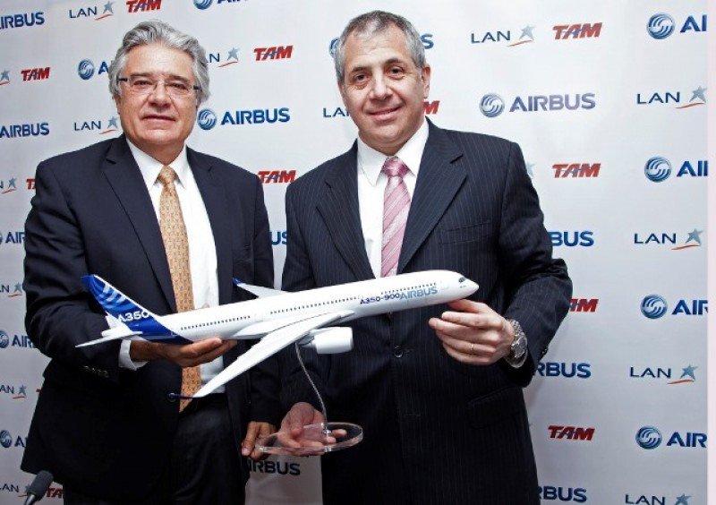 Rafael Alonso, de Airbus, junto a Roberto Alvo de LATAM Airlines.