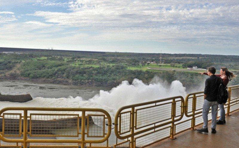 Récord de visitantes en represa de Itaipú al abrir sus compuertas