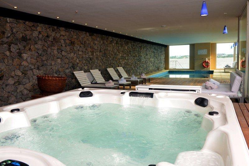 Nueva piscina climatizada incorporada por Radisson Colonia en su reciente ampliación.