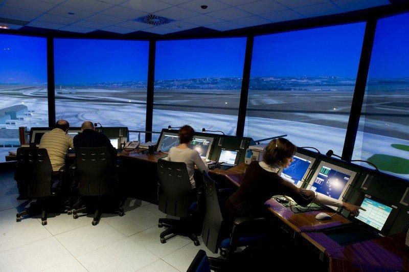 Interior de un simulador de torre de control (Foto: Enaire).