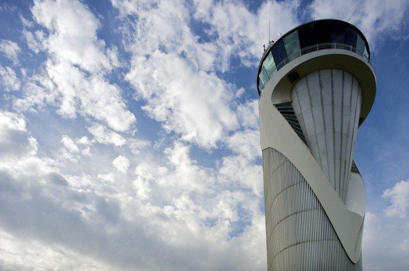 Torre de control del aeropuerto de Bilbao diseñada por Santiago Calatrava.