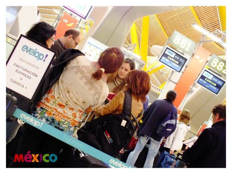 Los agentes de viajes premiados realizando su facturación en el aeropuerto. El viaje tiene lugar del 7 al 15 de diciembre.
