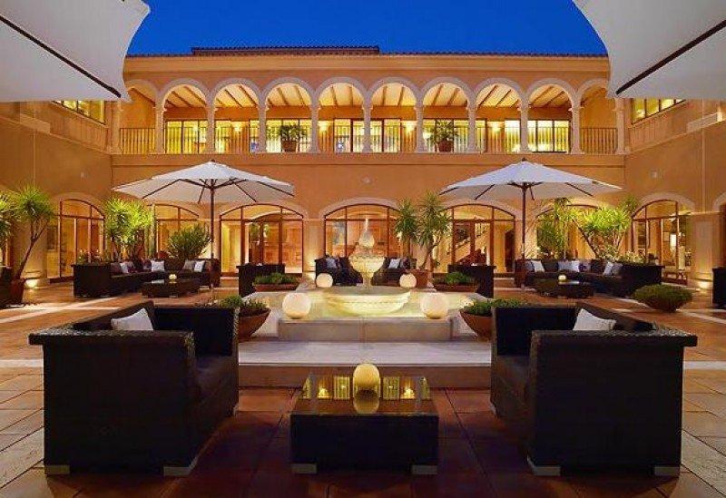 El hotel es un 5 estrellas con 151 habitaciones, dos restaurantes, dos bares, piscina, spa y nueve salas de reuniones.