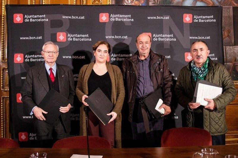 La alcaldesa y presidenta del Consejo General de Turisme de Barcelona, Ada Colau, ha firmado dicho compromiso con el vicepresidente del Consejo y presidente de la Cámara de Comercio, Miquel Valls; el secretario general de CCOO en Cataluña, Joan Carles Gallego; y el secretario general de la UGT en Cataluña, Josep Maria Álvarez.
