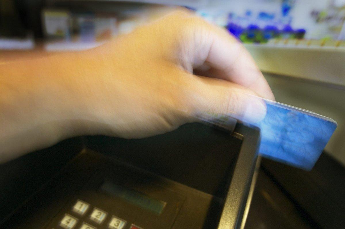 El turista tramita en la misma tienda el reintegro del impuesto a través de su tarjeta de crédito.