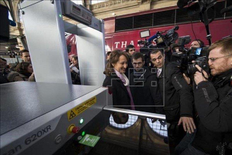Francia instala arcos de seguridad en su red ferroviaria. La ministra de Ecología y Transportes, Ségolène Royal, ha supervisado los trabajos.
