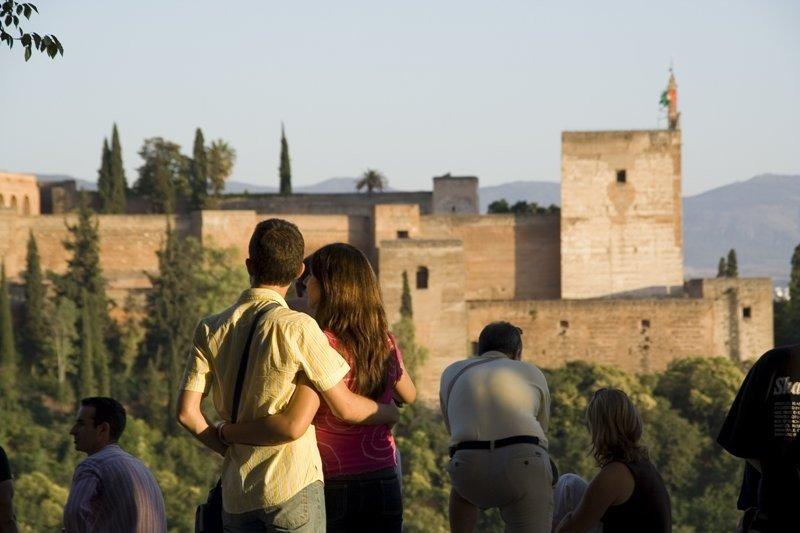 Visitantes frente a La Alhambra de Granada.