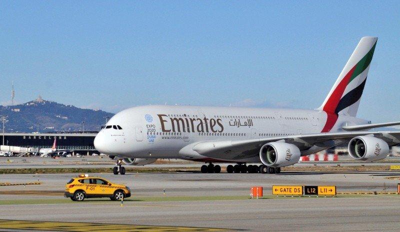 Un avión A380 de Emirates en el aeropuerto de Barcelona.