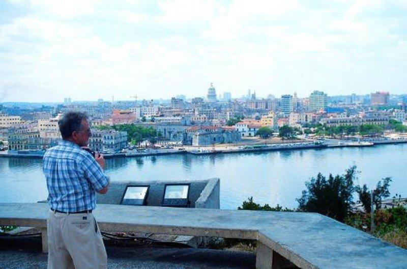 Un turista contempla una vista panorámica de La Habana.