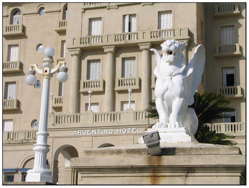 El legado de Francisco Piria y sus concepciones alquímicas se reflejan en la estructura y la decoración del Argentino Hotel. Foto: TrekEarth