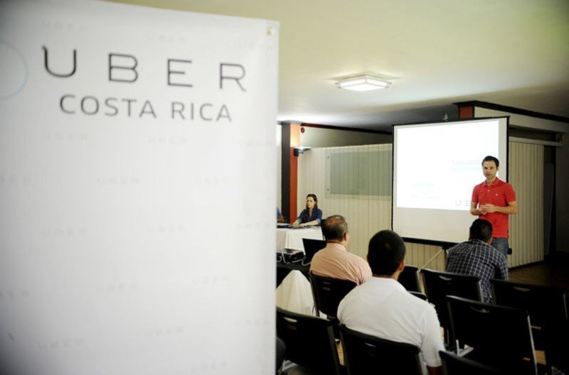 Max Cortés al frente de una capacitación de Uber en Costa Rica. Foto: La Nación