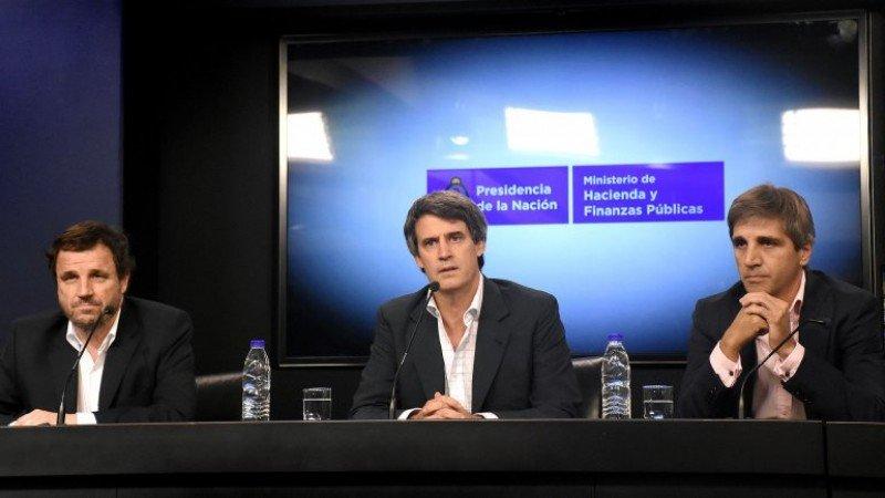 En conferencia de prensa Adolfo Prat-Gay anunció el fin del cepo cambiario. (Foto: Infobae/ Nicolas Stulberg).