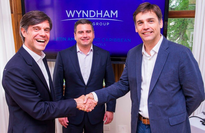 Luis Mirabelli (Vicepresidente Desarrollo de Wyndham para Latinoamérica y Caribe); Paulo Pena (Presidente de Wyndham para la región); Arturo Navarro (Presidente AADESA).