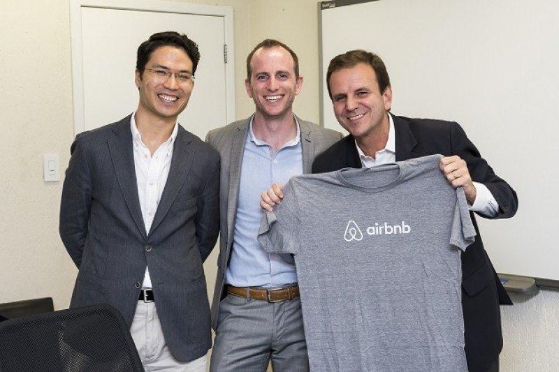 Co-fundador y director ejecutivo de Airbnb Joe Gebbia con el alcalde de Rio, Eduardo Paes, y el Country Manager do Airbnb en Brasil, Christian Gessner.