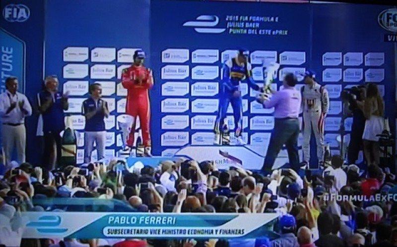 Pablo Ferreri, subsecretario de Economía y ex titular de la DGI entregó el trofeo al ganador de la carrera de Fórmula E de Punta del Este, Sebastien Buemi.