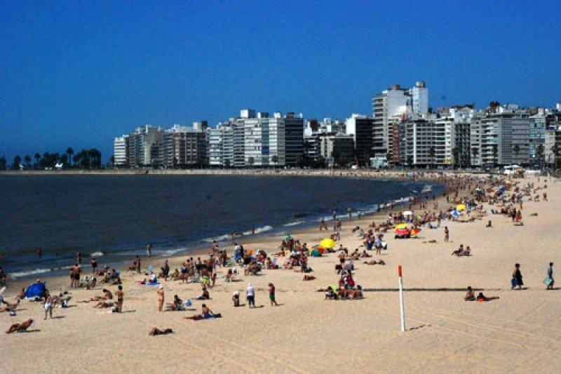 La playa Pocitos es una de las que volvió a ser habilitada.