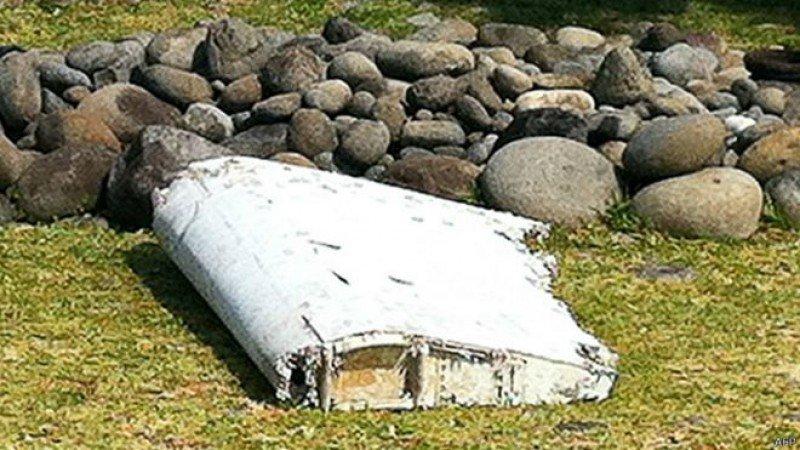 Restos del avión de Malaysia Airlines desaparecido, encontrados por un pescador más de un año y medio después en la isla La Reunión en el Océano Índico.