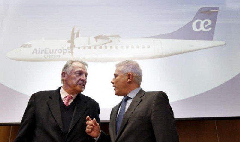 Air Europa Express cobra 60 € por entrevista de trabajo, según pilotos y TCP. En la imagen Álvaro Middelmann (Izq.) y el director general de Aeronova.