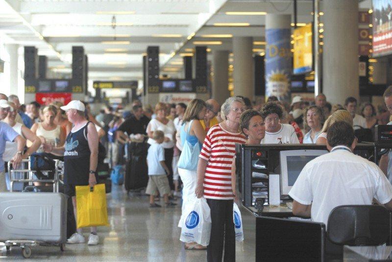 Los aeropuertos españoles logran en 2015 el segundo mayor tráfico de su historia. Agosto anotó la cifra más alta del año.