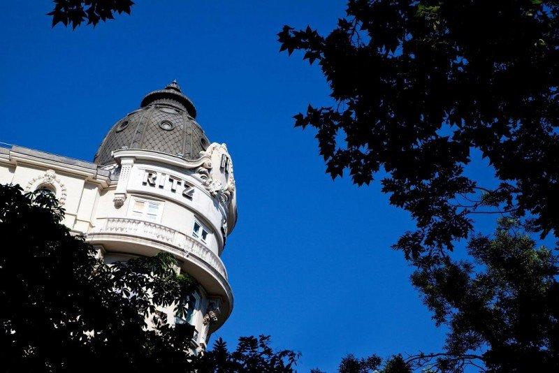 La venta del Ritz y del Sheraton Mirasierra, entre otras, han aupado a Madrid al segundo puesto por volumen de inversión hotelera, según el informe de JLL.