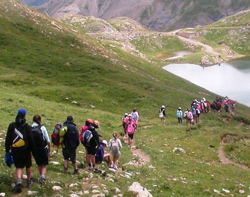 Excursionistas en un sendero cerca de Panticosa, en el Pirineo aragonés.
